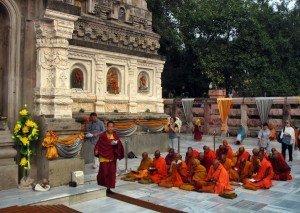 Buddhist_pilgrims_at_Mahabodhi_temple